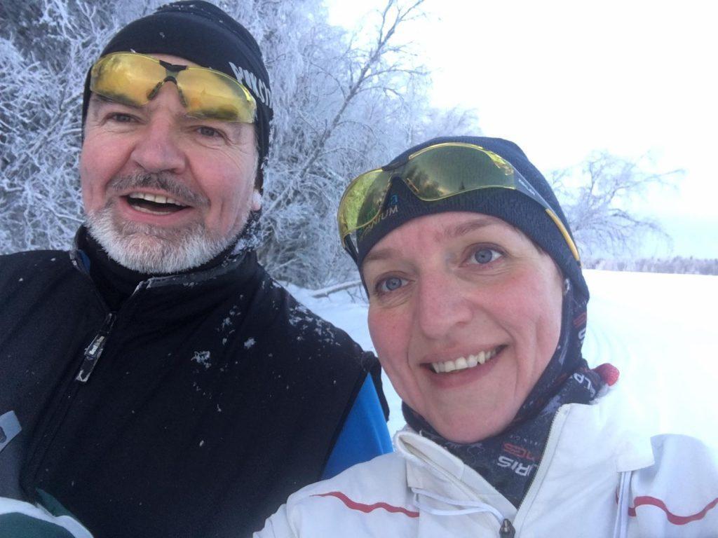 Kuvassa Jokke Kämäräinen yhdessä puolisonsa Sannan kanssa huurteisessa talvimaisemassa